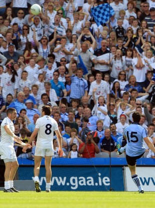 Bernard Brogan of Dublin kicks the winning point.