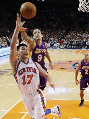 New York Knicks' Jeremy Lin (17) drives past Los Angeles Lakers' Matt Barnes.