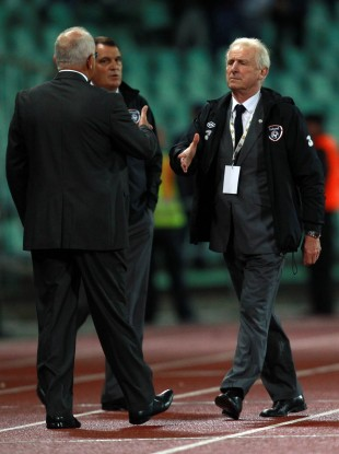 Trapattoni shakes the hand of Sandor Egervari.