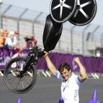 Alex Zanardi celebrates gold (AP Photo/Alastair Grant).