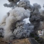 Smoke rises after an Israeli strike in Gaza City on 18 November 2012. (Image: Bernat Armangue)